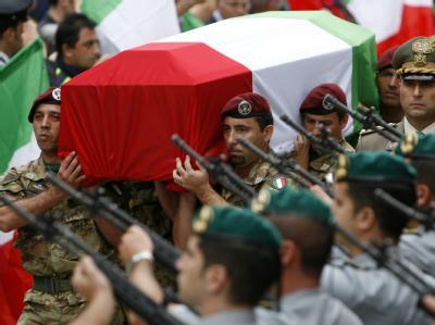 Soldaten tragen während des Staatsbegräbnisses des Särge ihrer getöteten Kameraden.