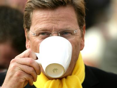 Abwarten und Tee trinken: Der Bundesvorsitzende der FDP, Guido Westerwelle, hält sich nach seinem Wahlerfolg zurück.