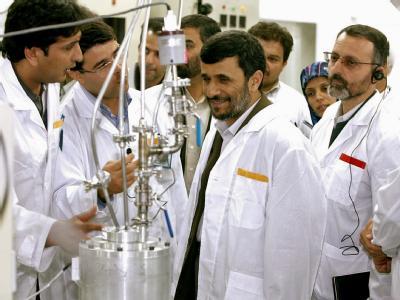 Irans Präsident Mahmud Ahmadinedschad (M.) inspiziert die Urananreicherungsanlage in Natans (Archivfoto vom 8.3.2007).