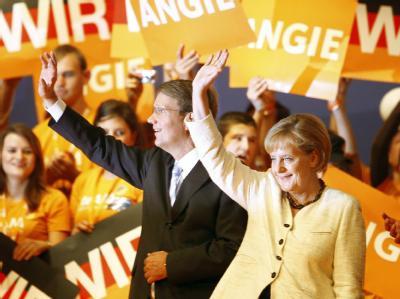 Angela Merkel und CDU-Generalsekretär Ronald Pofalla winken ihrer Anhängern zu.
