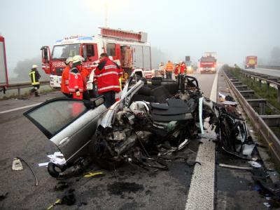 Einsatzkräfte an der Unfallstelle auf der Autobahn A94 bei Altötting.