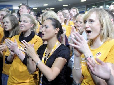 Anhänger der CDU applaudieren nach Bekanntgabe der Prognosen zur Bundestagswahl.