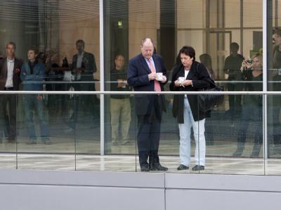 Noch-Minister: Peer Steinbrück und Brigitte Zypries beim Kaffeetrinken auf einer Dachterrasse des Bundestages.