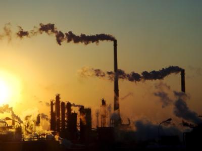 Rauch steigt aus Schornsteinen einer Chemiefabrik. Dank der Weltwirtschaftskrise ist der CO2-Ausstoß gesunken.