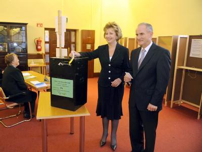 Irlands Präsidentin Mary McAleese gibt an der Seite ihres Ehemannes Martin ihre Stimme ab.