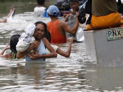 Eine philippinische Mutter auf der Flucht vor dem herannahenden Taifun.