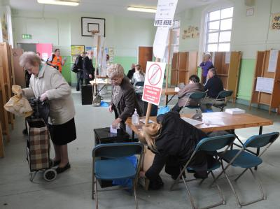In Dublin geben die Wähler ihr Votum zum EU-Vertrag ab.