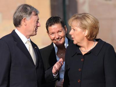 Bundespräsident Köhler, Kanzlerin Merkel und Astrid Müller (M), Ehefrau des saarländischen Ministerpräsidenten, vor den offiziellen Feierlichkeiten in Saarbrücken.