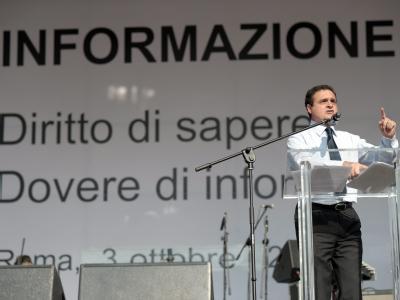 Franco Siddim vom Journalistenverband FNSI  bei der Großdemonstration in Rom.