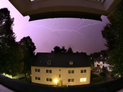 Ein Blitz zuckt in Essen durch den Nachthimmel. Gewitter mit Starkregen haben im Ruhrgebiet und in Ostwestfalen zu massiven Überschwemmungen geführt.