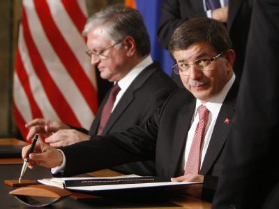 Armeniens Außenminister Eduard Nalbandian (L) zusammen mit seinem türkischen Amtskollegen Ahmet Davutoglu.