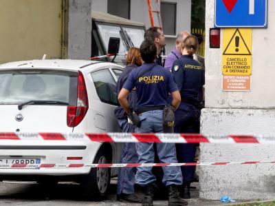 Italienische Polizisten begutachten den Anschlagsort.