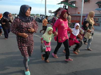 Tsunami-Probealarm am Indischen Ozean: Dorfbewohner in Indonesien laufen ins Inland.