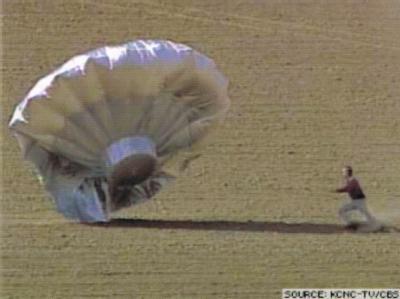 Der selbstgebaute Ballons von Richard Heene bei der Landung. Inzwischen wird vermutet, dass der angebliche Notfall nur eine Inszenierung war. (TV-Bild von CBS4)