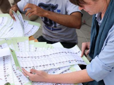 Mitarbeiter der Wahl-Beschwerdekommission überprüfen in Kabul Wahlzettel auf irreguläre Muster und Anzeichen von Wahlbetrug (Foto vom 15.9.2009).