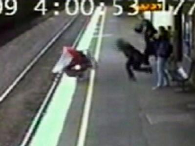 Das Foto einer Überwachungskamera zeigt, wie der Kinderwagen auf die Gleise stürzt.