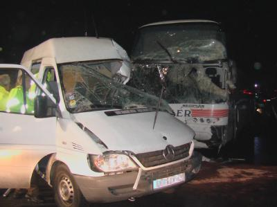 Reisebus prallte gegen Kleintransporter