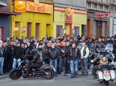 Rocker bereiten sich am Tatort in Duisburg auf einen Motorradcorso vor, mit dem ein erschossenes Bandido-Mitglied geehrt werden soll.