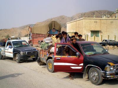 Nach dem Beginn der Bodenoffensive gegen die Taliban flieht die Bevölkerung aus Süd-Waziristan.