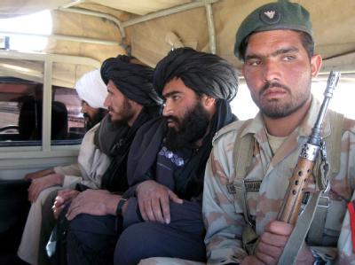 Pakistanische Soldaten mit Verdächtigen, die die Grenze nach Afghanistan überqueren wollten.