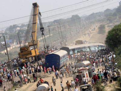 In Indien ist ein Expresszug auf einen wartenden Zug geprallt und hat mindestens 21 Passagiere getötet.