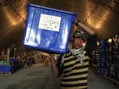 Wahlhelfer transportieren Wahlunterlagen zu den Wahllokalen.
