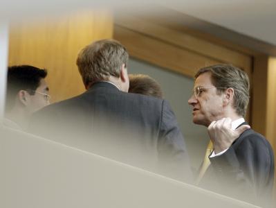 Westerwelles Sprechstunde: Der FDP-Vorsitzende (r.) diskutiert mit FDP-Unterhändler Philipp Rösler (l.), FDP-Generalsekretär Dirk Niebel (2. v.r.) und FDP-Vize Andreas Pinkwart (verdeckt).