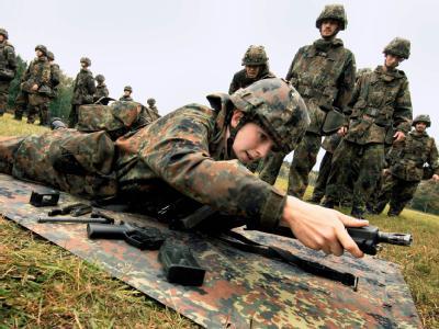 Soldaten in der Grundausbildung: Der Wehrdienst für junge Männer soll verkürzt werden.