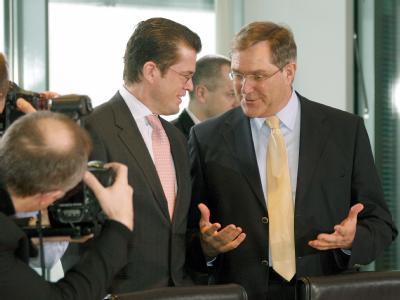Bundeswirtschaftsminister Karl-Theodor zu Guttenberg (l.) soll Bundesverteidigungsminister Franz Josef Jung ablösen.
