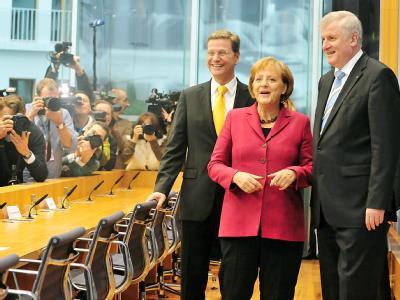 FDP-Chef Guido Westerwelle, Kanzlerin Merkel und der CSU-Chef Horst Seehofer präsentieren die Ergebnisse der Koalitionsverhandlungen.