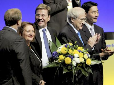 Die neue FDP-Ministerriege lässt sich beim außerordentlichen Parteitag in Berlin feiern.