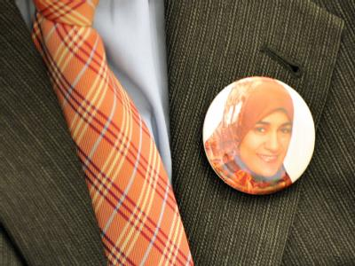 Der Bruder der ermordeten Ägypterin Marwa El-Sherbini trägt bei dem Prozessauftakt ein Foto seiner Schwester am Revers.