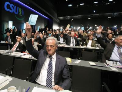 Der designierte Verkehrsminister Peter Ramsauer (M.) stimmt beim kleinen Parteitag der CSU über den Koalitionsvertrag ab.