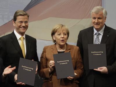FDP-Chef Guido Westerwelle, Bundeskanzlerin Angela Merkel und CSU-Chef Horst Seehofer mit den unterschriebenen Koalitionsverträgen.