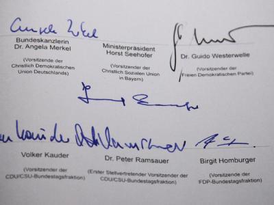 Unterschriften auf einem der Koalitionsverträge.