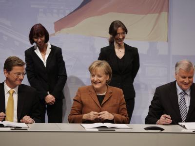 FDP-Chef Guido Westerwelle, Bundeskanzlerin Angela Merkel und CSU-Chef Horst Seehofer bei der Unterzeichnung der Koalitionsverträge.