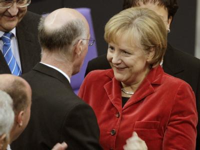 Bundeskanzlerin Angela Merkel (CDU) gratuliert Norbert Lammert zur seiner Wiederwahl.
