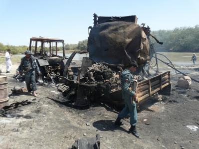Sicherheitsbeauftragte inspizieren Anfang September die ausgebrannten Tanklastzüge in Kundus.
