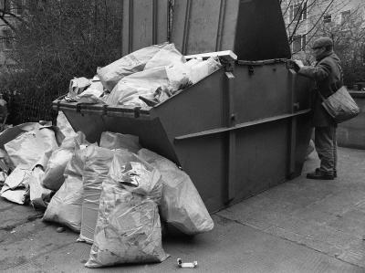 Februar 1974: Infolge des Streiks der Müllabfuhr wachsen in der Frankfurter Innenstadt die Müllberge.