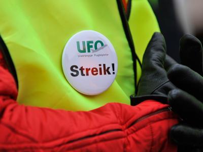 Nach den Piloten drohen nun auch die Flugbegleiter der Lufthansa mit Streiks.