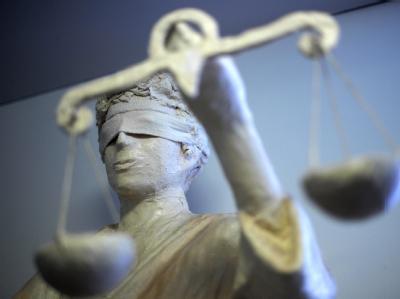 Weil er zwei Männer auf Parkplätzen ermordet hatte steht ein Frührentner jetzt vor Gericht . (Symbolbild)