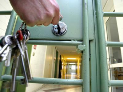 Der Staat muss Häftlinge notfalls freilassen, wenn sie nicht menschenwürdig untergebracht werden können (Symbolbild).