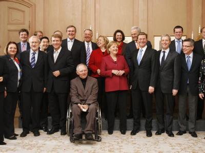 Das Kabinett von Bundeskanzlerin Merkel hatte bei seiner ersten Sitzung im November noch gut lachen. Nun ist die Schonfrist vorbei, der erste Ministerwechsel auch. Franz Josef Jung ging, Kristina Köhler kam.