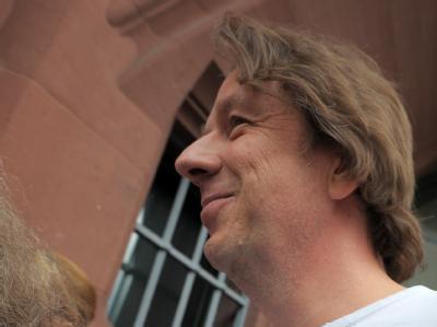 Der TV-Wettermoderator Jörg Kachelmann nach seiner Entlassung vor der Justizvollzugsanstalt in Mannheim.