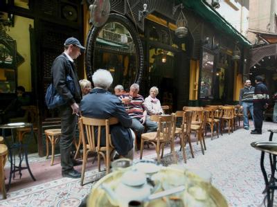 Deutsche Touristen entspannen in einem Cafe in Kairo (Archiv).