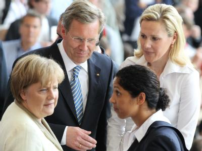 Merkel, Wulff oder Jones? Wer darf den WM-Pokal übergeben?