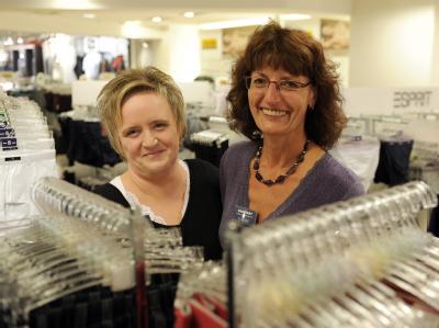 Die Verkäuferinnen Claudia Schmitz (l) und Gudrun Möde stehen erleichtert in der Wäsche-Abteilung bei Karstadt in Köln.