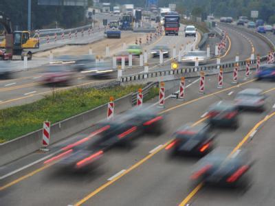 Zum Ende der Osterferien erwartet der ADAC am Wochenende viel Verkehr - aber kein Chaos wie zu Ferienbeginn. Foto: Arne Dedert/Archiv