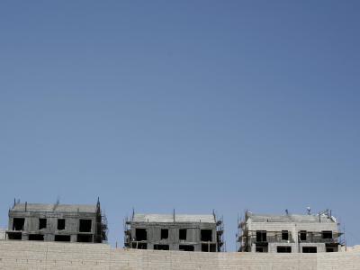Palästinensische Arbeiter bauen Häuser in einer jüdischen Siedlung (Archivbild). Israel will weitere Wohnungen im arabischen Ostteil Jerusalems errichten.