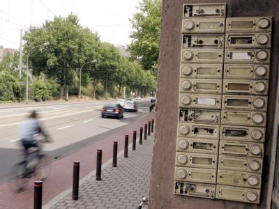 Eine Klingelleiste ohne Namen im Duisburger Stadtteil Bruckhausen (Archiv).